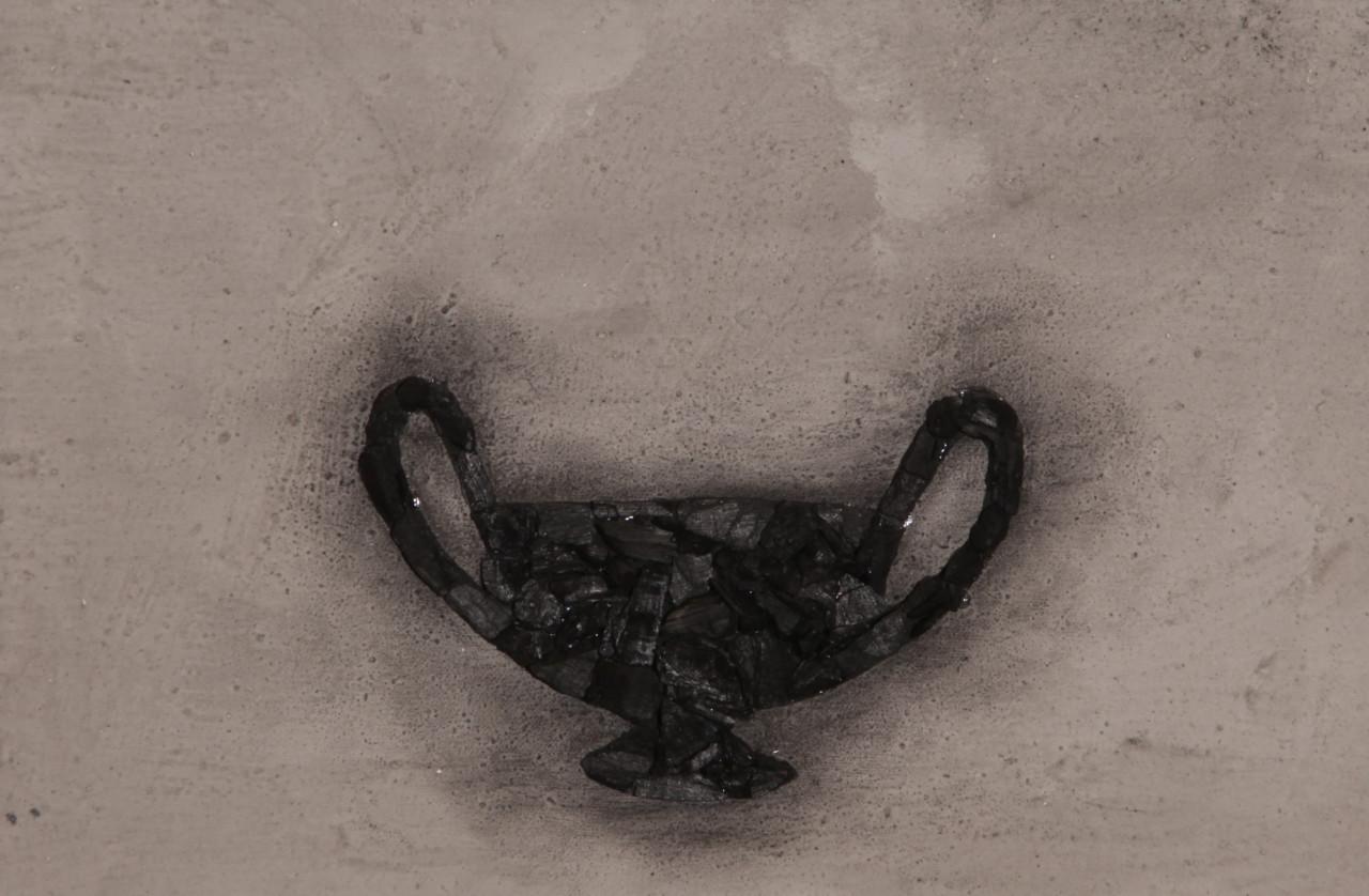 Un piatto caldo, 2017, cenere e carbone su tela, 29.5x44.5