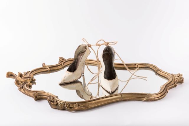 Le charme dans le miroir, 2018, specchio e scarpe in ferro, colori acrilici, dimensioni variabili