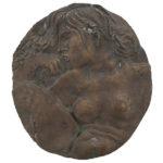 """Figura femminile"" (1970), bassorilievo in bronzo, diam. cm. 30"